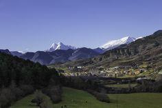La Pobla de Lillet con el macizo del Pedraforca nevado al fondo.