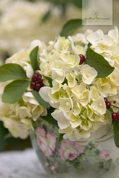 Wunderschönes Gesteck mit Hortensienblüten der Endless Summer® 'The Bride' und Beeren der Kornelkirsche.