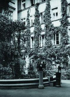 """Podwórko kamienicy przy Złotej 32, nagrodzone w konkursie """"Warszawa w kwiatach"""", 1932."""