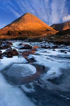 Glamaig no inverno, Sligachan.  Ilha de Skye.  Escócia.  por photosecosse / barbara jones