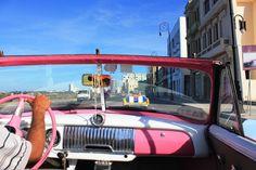 Oldtimerfahrt am Malecon in Havanna. http://rapunzel-will-raus.ch/kuba-und-alles-was-du-zur-reisevorbereitung-wissen-musst/