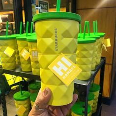 People Are Loving These Adorable Pineapple Starbucks Tumblers You Can Get In HawaiiDelish Summer foreverrrr. Starbucks Tumbler Cup, Copo Starbucks, Disney Starbucks, Personalized Starbucks Cup, Custom Starbucks Cup, Starbucks Logo, Personalized Cups, Starbucks Drinks, A Perfect Circle