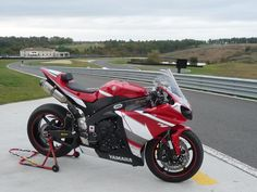 looks like a fun time Yamaha R1 2009, Yamaha Yzf R1, Yamaha Motor, Sportbikes, Street Bikes, Concept Cars, Cars And Motorcycles, Motorbikes, Cool Cars