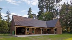 Four stables, tack room, feed room and open store designed and built by The Stable Company. Open area looks wide enough for a single garage, but not deep enough. Small Horse Barns, Old Barns, Dream Stables, Dream Barn, Stable Cafe, Equestrian Stables, Horse Barn Plans, Horse Stalls, Horse Farms