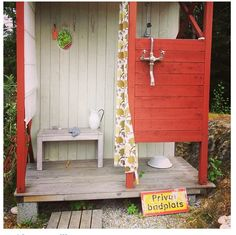 Utedusch Outdoor Baths, Outdoor Bathrooms, Outdoor Showers, Backyard Buildings, Hawaii Homes, Lake Cabins, Diy Shower, Fire Pit Backyard, Rustic Outdoor