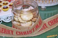 Zo surovín vypracujeme cesto. Necháme ho aspoň pol hodinu odpočívať v chladničke. Cesto vyvaľkáme a ... Christmas Baking, Pickles, Cucumber, Food, Basket, Eten, Pickle, Pickling, Cauliflower