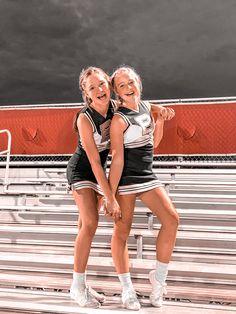 Cheerleading Senior Pictures, Cheer Team Pictures, Cheerleading Outfits, Cheer Picture Poses, Cheer Poses, Best Friend Photos, Friend Pictures, Cool Cheer Stunts, Cute Cheerleaders