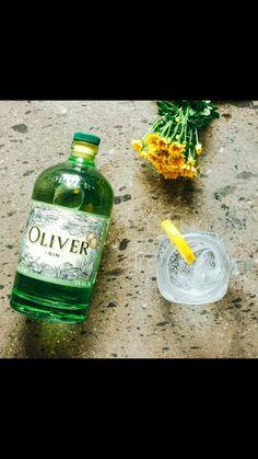 Oliver Gin se deja reposar 3 meses en barricas de whisky de roble para darle los últimos toques con tonalidades de vainilla, chocolate, café, ahumado, tabaco, entre otros, para finalmente robustecer el carácter del gran Oliver Gin.