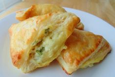 Feta Cheese Foldovers - Golden puffed pastries are filled with a feta cheese mixture. These can be made ahead, and popped into the oven after your guests arrive. Vegetarian Recipes, Cooking Recipes, Snacks Sains, Appetisers, Clean Eating Snacks, Appetizer Recipes, Cheese Appetizers, Appetizer Dishes, Scones