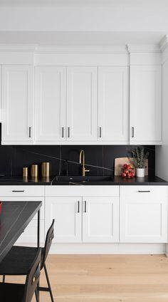 Black Quartz Kitchen Countertops, Kitchen Black Counter, Marble Floor Kitchen, White Cabinets White Countertops, Backsplash Kitchen White Cabinets, White Shaker Kitchen, White Marble Kitchen, Black Backsplash, Gray And White Kitchen