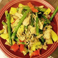 Zuchinni, calabacín, pimientos rojos, espárragos y pollo desmenuzado
