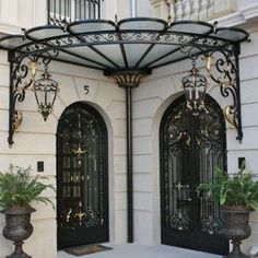 Such a clever awning for door. Forged-Iron Pergola Designs For Every Garden Gate Design, Door Design, Exterior Design, House Design, Iron Doors, Iron Gates, Eisen Pergola, Wrought Iron Decor, Door Canopy