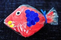 フラワーペーパーが魚に大変身!親子で釣りゲームを作っちゃおう  色あざやかなフラワーペーパー(花紙)を使って、魚釣りゲームを手作りしてみましょう。材料は100円ショップで手に入るものばかり。しかも小さな子どもでもとっても簡単に作れます。親子で対戦するのも面白いですよ。