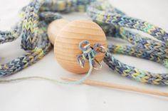 ANLEITUNG: KETTE MIT STRICKLIESEL STRICKEN Loom Knitting, Paracord, Diy And Crafts, Crochet Patterns, Jewelry, Beadwork, Knots, Activities, Inspiration