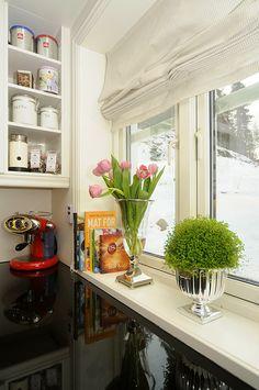 En rød kaffemaskin kan gjøre en ellers litt kjedelig kjøkkenbenk skikkelig kul! Kitchen Cabinets, Home Decor, Decoration Home, Room Decor, Cabinets, Home Interior Design, Dressers, Home Decoration, Kitchen Cupboards