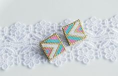 Square Pink White Earrings Colorful Square by BetweenBeads on Etsy Bead Jewellery, Seed Bead Jewelry, Seed Bead Earrings, Bead Loom Patterns, Beaded Jewelry Patterns, Beading Patterns, Bead Loom Bracelets, Bracelet Crafts, Jewelry Crafts