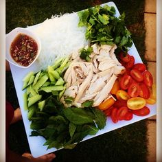 Running out of Lunch ideas !?! ☀️☀️ This recipe is in my Nutrition HELP eBooks girls! Easy to prepare the night before or even in the morning! Poached chicken, Vermicelli noodles Tomato Mint Corriander Cucumber And home made dressing <3 WWW.KAYLAITSINES.COM.AU #kaylaitsines #workout #gym