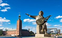 Evert Taube Monument und Rathaus in Stockholm, Schweden Statue Of Liberty, Travel, Stockholm Sweden, Pigeon, Venice, Liberty Statue, Viajes, Destinations, Traveling