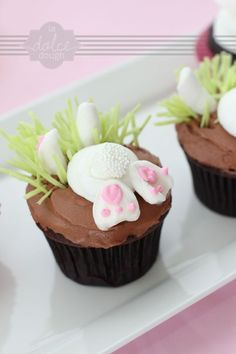bunny cupcakes You know I will make these darling bunny butt cakes Hoppy Easter, Easter Bunny, Gateau Iga, Oster Cupcakes, Mocha Cupcakes, Gourmet Cupcakes, Strawberry Cupcakes, Velvet Cupcakes, Vanilla Cupcakes