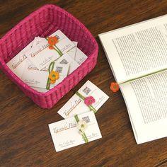 Crochet: flores marcadores de libro!  Nosotros las obsequiamos con nuestras tarjetas de presentación! English subtitles video tutorial!