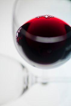 Vino Beso de Vino Burgundy Wine, Red Wine, Wine Lovers, Just Wine, Glass Photography, Wine Vineyards, Wine Guide, Wine Design, Wine Collection