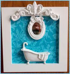 Duo de quadrinhos decorativos para lavabo/banheiro, confecio nados em mdf, pintura branca, fundo em decoupage com pa pel importado na cor azul tiffany e branco, com miniaturas de banheiro em resina e acabamento com aplique de resina na moldura.