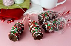 Triple Decker Hot Chocolate Stir Sticks (peppermint sticks, 3 large marshmallows, candy coating chocolate, red and white candy coating and sprinkles). Christmas Sweets, Christmas Cooking, Christmas Goodies, Christmas Candy, Christmas Neighbor, Neighbor Gifts, Xmas, Christmas Baskets, Crochet Christmas