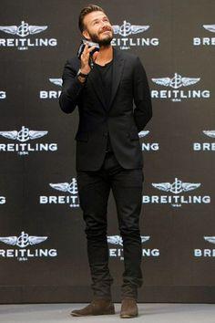 Tenue de David Beckham: Blazer noir, T-shirt à col rond noir, Jean noir, Bottines chelsea en daim brun foncé