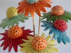 Items similar to 3 Daisies - Bright ceramic flowers - daisy style on Etsy - 3 . Items similar to 3 Daisies – Bright ceramic flowers – daisy style on Etsy – 3 … Slab Pottery, Ceramic Pottery, Pottery Art, Ceramic Art, Ceramics Projects, Clay Projects, Projects To Try, Ceramic Flowers, Clay Flowers