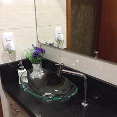 Parte da rotina de segunda feira é manter tudo limpo e organizado.  limpeza básica dos banheiros faço todos os dias ( lavar vaso sanitário cuba e bancada). Faço manutenção no box e no piso pra evitar o acúmulo de gordura e ter aquele trabalhão na hora da faxina.  dica: sempre deixo um borrifador águavim cloro em gel facilita  a manutenção diária dos banheiros.  hoje troquei também as tolhas de banho e passei um com removedor no espelho. . . #decasalimpa #cleosilvaoliveira  #home #casa…