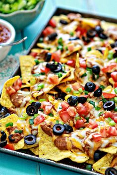 How to Make Nachos: Ultimate Easy Nachos Appetizer Recipe for Football. Nachos are the perfect football appetizer. This Nachos recipe will whip up in a pinch and make Super Bowl appetizers super simple to prepare (and serve), leaving you with more time t Vegetarian Nachos, Vegetarian Recipes, Healthy Recipes, Aperitivos Super Bowl, How To Make Nachos, Baked Nachos, Healthy Superbowl Snacks, Snacks Für Party, Recipes