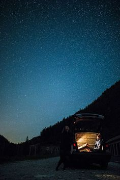 Ночь, звезды, парень с девушкой