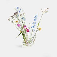 Hidden Vase klein Valerie Objects designed by Chris Kabel ab €. Design Vase, Deco Design, Floral Design, Fresh Flowers, Wild Flowers, Beautiful Flowers, Flowers Gif, Wild Flower Arrangements, Flower Vases