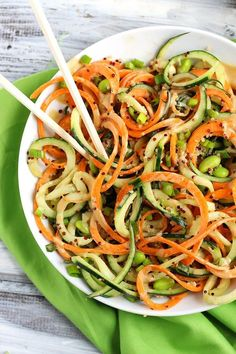 Step up your salad game with this healthy Asian Quinoa Salad featuring cucumber and carrot noodles! The creamy peanut dressing is the perfect complement. Vegetarian Recipes, Cooking Recipes, Healthy Recipes, Fodmap Recipes, Delicious Recipes, Healthy Foods, Asian Quinoa Salad, Edamame Salad, Vegan Lunches