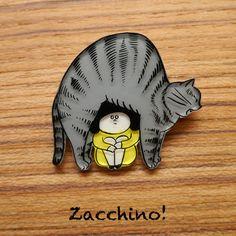 Zacchino!のゆるいオリジナルイラストをブローチにしました。線、着色ともにひとつひとつ手作業で丁寧に仕上げています。「猫の下」巨大猫のお腹の下に入り込ん... ハンドメイド、手作り、手仕事品の通販・販売・購入ならCreema。