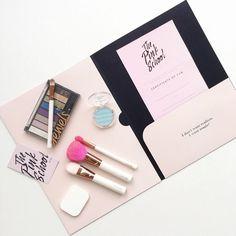 Bold and gorgeous tools for the coolest Galaxy Halloween makeup!! // Participa en nuestros nuevos workshops de maquillaje para halloween y aprende a hacerte el makeup más cool!! Además podrás llevarte el set de maquillaje brochas y pestañas más increíble! //Escríbenos a visual@toystyle.co para participar!! #workshop #galaxy #galaxymakeup #makeup #halloween #halloweenmakeup #thepinkschool #toystyle #makeupset #flatlay