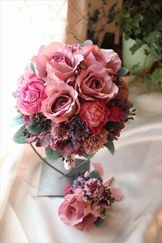 アンティークピンクのバラを2種類使った、可愛らしくもあり、落ち着いた印象のウェディングブーケです。サービスで新郎用ブートニア付。直径 20cm。お揃いのヘッド...|ハンドメイド、手作り、手仕事品の通販・販売・購入ならCreema。