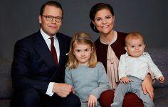 La Princesa Victoria ha compartido un retrato del Príncipe Oscar por su primer cumpleaños y ha sorprendido el enorme parecido que tiene con su hermanita Estelle
