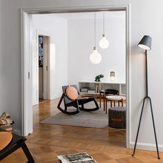 De Manana Lamp is gemaakt van grijs gelakt staal en werkt met een E27, 42 W lamp. Deze wordt meegeleverd. Tevens bevat deze staande lamp een dimmer.  Afmetingen: b 40 cm x h 170 cm.
