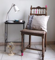 I love this pinky spots on this old chair! Love Chair, Relax, Color Rosa, Home And Garden, Diy Projects, Wall Decor, Indoor, Shelves, Pillows