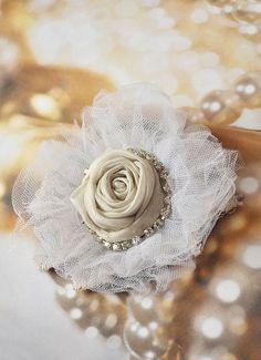 Купить или заказать Брошь 'Белая нежность' в интернет-магазине на Ярмарке Мастеров. Нежная и романтическая текстильная брошь. диаметр 10 см Цена 25 евро. Пересылка бесплатно.
