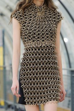 Iris Van Herpen Details S/S '15 Geometric structure, almost like wire sculpted into a simultaneous pattern on the dress