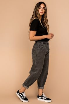 Cute Casual Outfits, Simple Outfits, Stylish Outfits, Simple College Outfits, Jean Outfits, Fall Outfits, Outfits With Mom Jeans, Black Mom Jeans Outfit, Loose Jeans Outfit