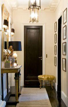 PARIS - RUE DE BUENOS AIRES : APPARTEMENT | PARIS - RUE DE BUENOS AIRES: APARTMENT | Jean Louis Deniot small foyer black door hallway dentil moulding