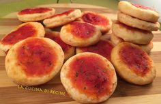 Le Pizzette velocissime con soli 2 ingredienti fanno parte secondo me delle ricette furbe, facili e veloci da realizzare in poco tempo per un simpatico fin