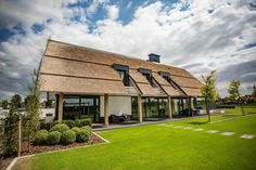Summer style!! Wonderful modern farmhouse with thatched roof in The Netherlands! Think outside the usual roofs!