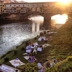 A picnic near the Ponte Vecchio ~ Firenze, Toscana ~ I actually been here on vacation with my school-class, and it was a wonderful city. Loved it, and love Italy! Toscana Italy, Firenze Italy, The Places Youll Go, Places To See, Fotografia Social, Destination Wedding Inspiration, Positano, Amalfi, Dream Vacations