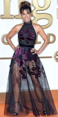 Look of the Day Halle Berry turned heads at the Kingsman: The Golden Circle premiere, donning a breath-taking sheer dress with velvet floral motifs. A pair of satin heels and Joelle jewelry finished the look. Halle Berry Style, Halle Berry Hot, Halle Berry Pixie, Hally Berry, Vestidos Sexy, Sheer Dress, Beautiful Black Women, Beautiful Celebrities, Sexy Legs
