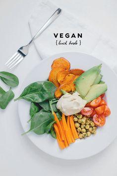 Seit ich angefangen habe in meiner Ernährung auf tierische Produkte zu verzichten, habe ich auch zeitgleich angefangen mehr zu kochen (wie man meinem Instagram Feed wahrscheinlich entnehmen konnte). Ich bin immer auf der Suche nach neuen, leckeren Rezepten und ernähre mich abwechslungsreicher als je zuvor. Die Herausforderung bei der veganen Ernährung ist am Anfang aber Read More
