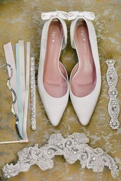 love this photo of all the bridal accessories in one shot accessoriesendearing lay small